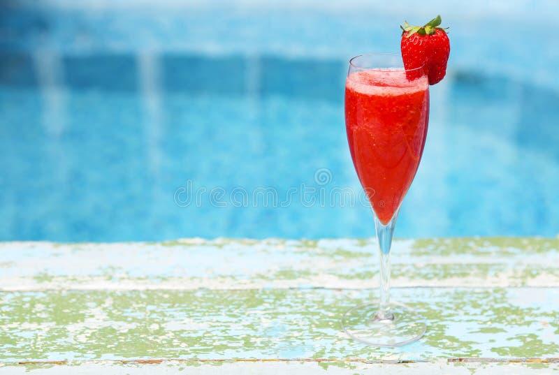 Verres de Champagne avec la fraise Cocktail de Rossini Piscine d'été images libres de droits