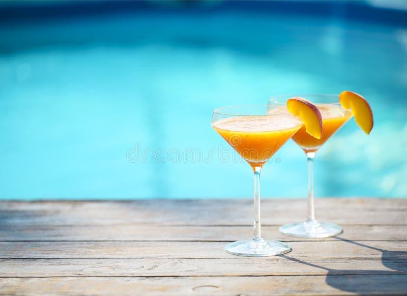 Verres de Champagne avec le cocktail de Bellini de pêche images stock