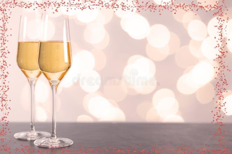 Verres de Champagne avec les coeurs et le fond brouillé photographie stock libre de droits