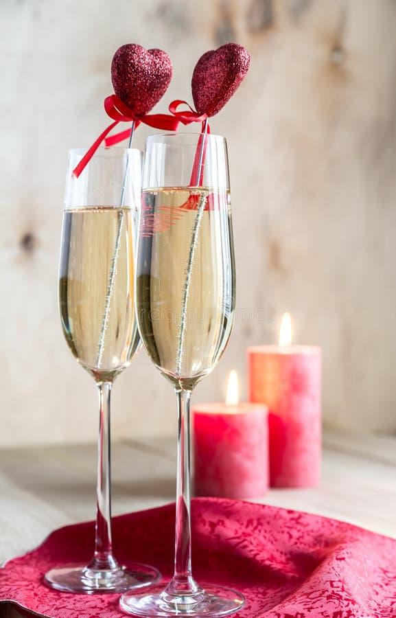 Verres de champagne dans illuminé par des bougies la Saint-Valentin de St photographie stock libre de droits