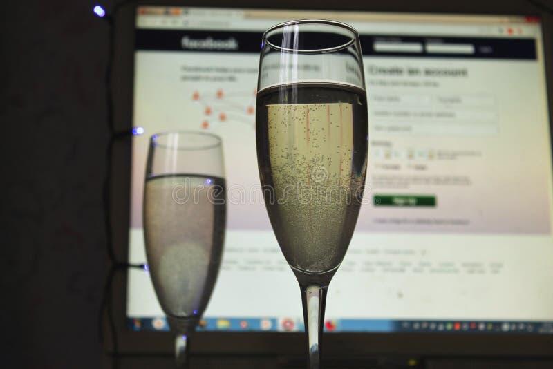 Verres de champagne sur le fond de réseau-Facebook social photographie stock libre de droits