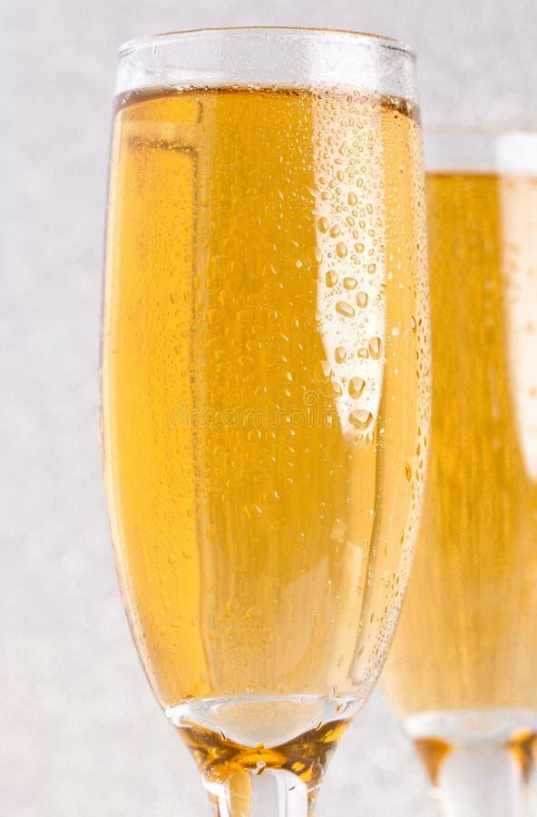 Verres de Champagne sur un contexte argenté de scintillement photographie stock