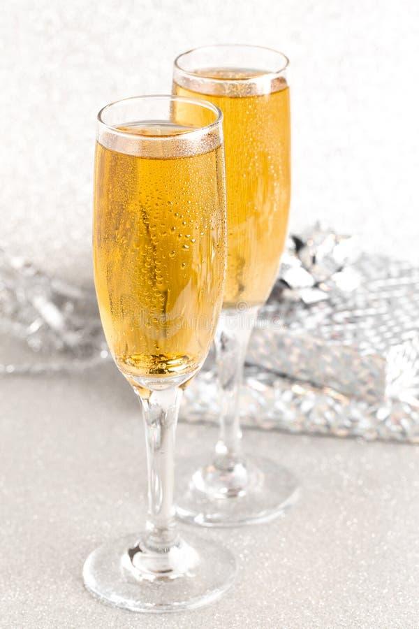 Verres de Champagne sur un contexte argenté de scintillement photos libres de droits