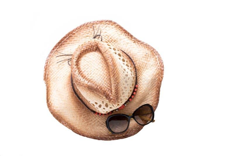 Verres de chapeau de paille et de soleil de plan rapproché d'isolement sur le fond blanc photos libres de droits