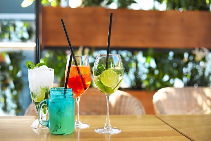 Verres de cocktail sur la table en bois images libres de droits