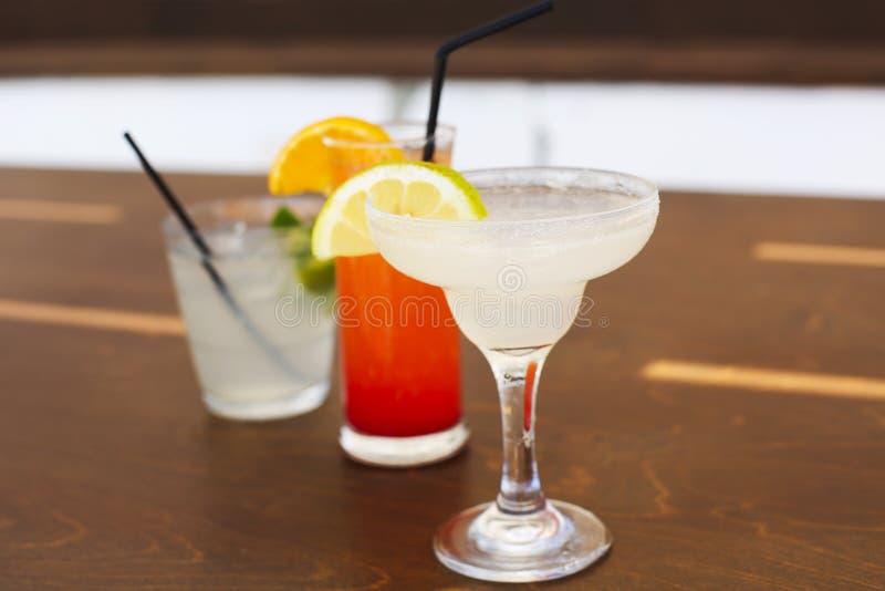 Verres de cocktail sur le fond en bois photos libres de droits