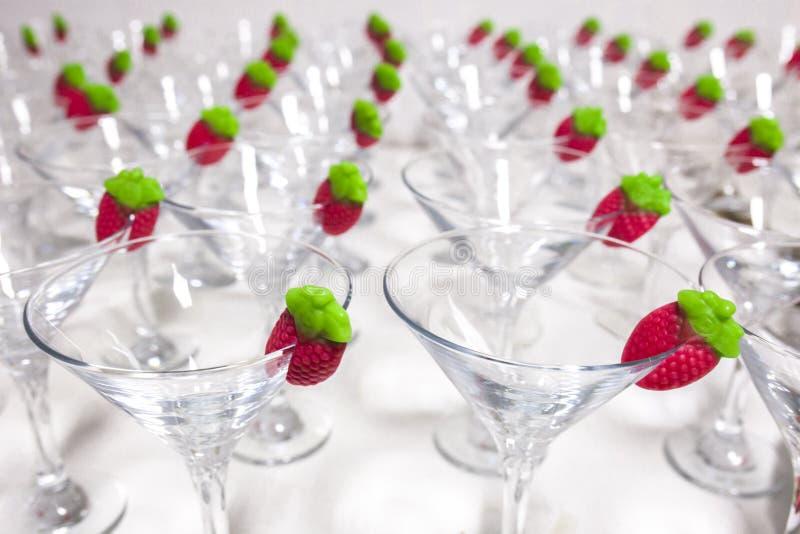 Verres de cocktail vides de sorbet avec la fraise de gelée prête sur l'edg photographie stock