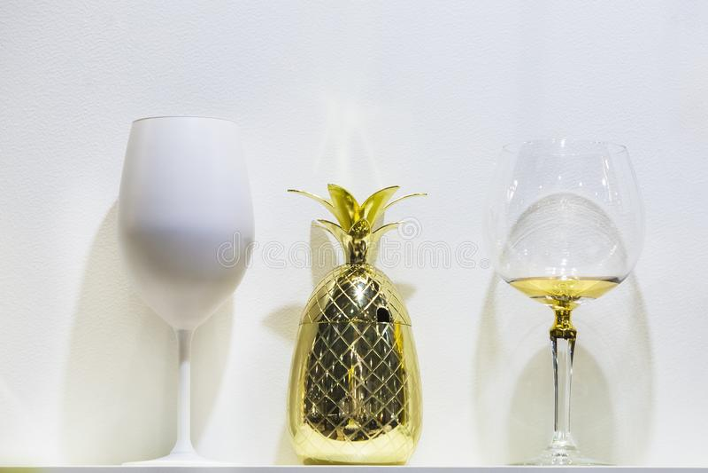 Verres de concepteur de forme intéressante, tasse de forme d'ananas d'or photographie stock