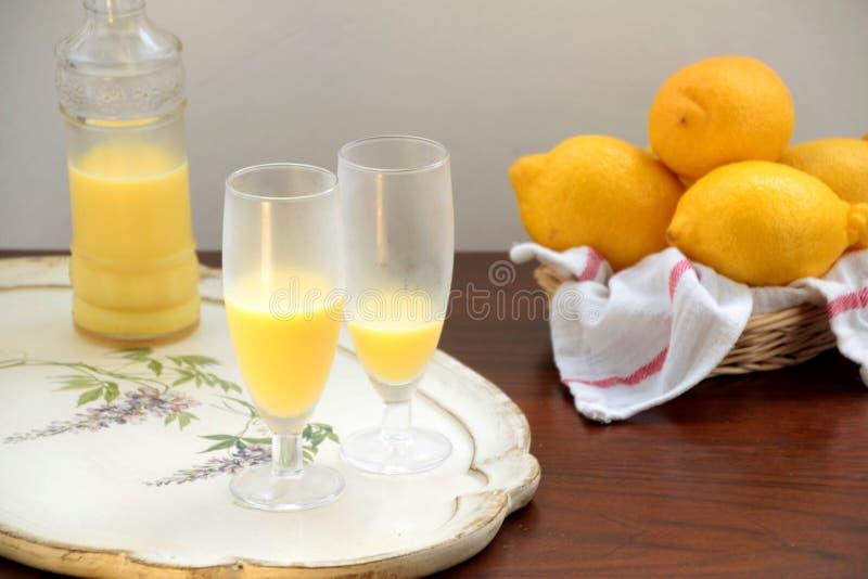 Verres de crema di limoncello, bouteille et citrons images stock