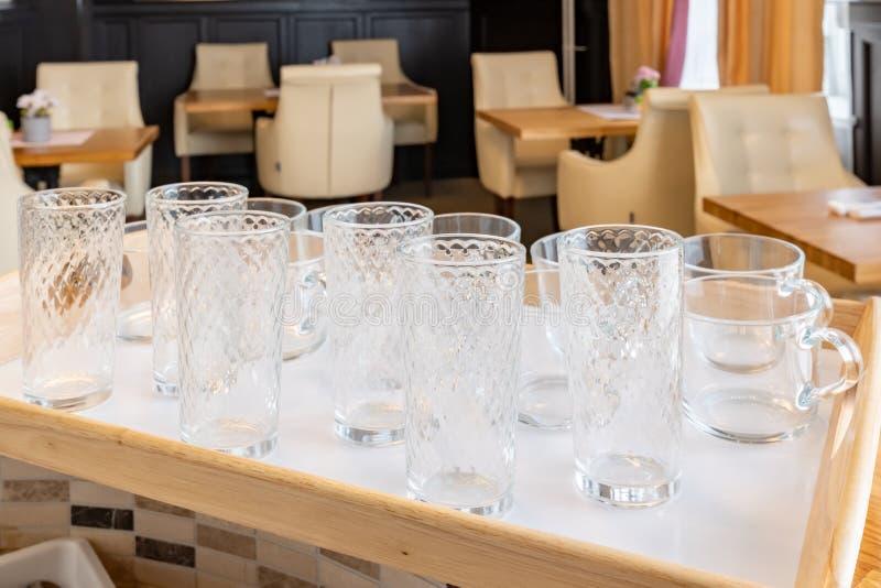 verres de culbuteur sur un plateau photos stock