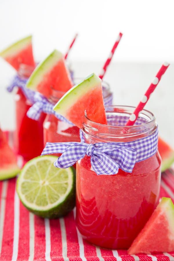 Verres de jus frais et fait maison image stock