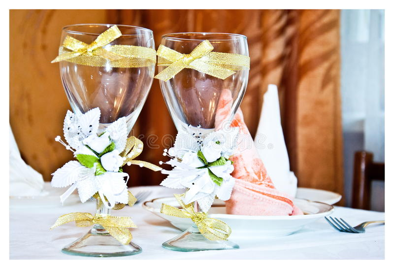 Verres de mariage décorés photo libre de droits