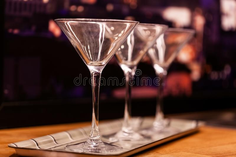 Verres de Martini sur le fond brouillé photos libres de droits