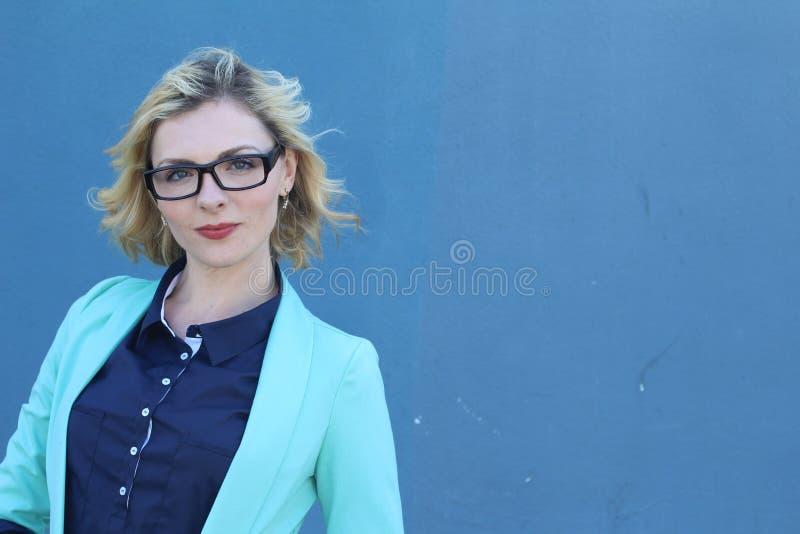 Verres de port de fille sexy de mannequin de beauté, d'isolement sur le fond bleu Belle jeune femme blonde avec l'équipement à la photographie stock