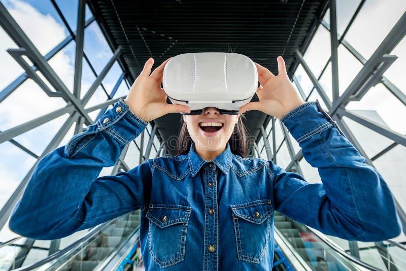 Verres de port de réalité virtuelle de femme image libre de droits