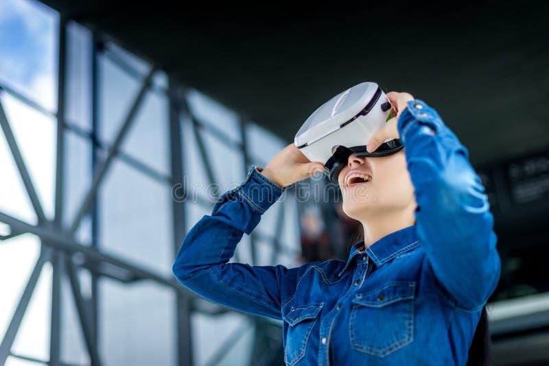 Verres de port de réalité virtuelle de femme photographie stock libre de droits