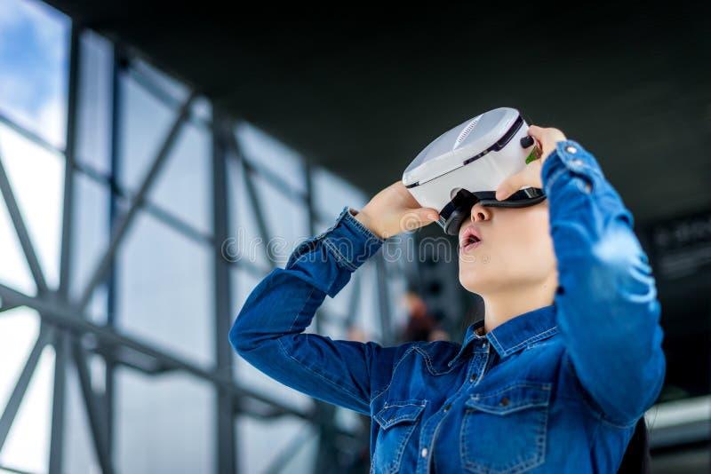 Verres de port de réalité virtuelle de femme photo stock