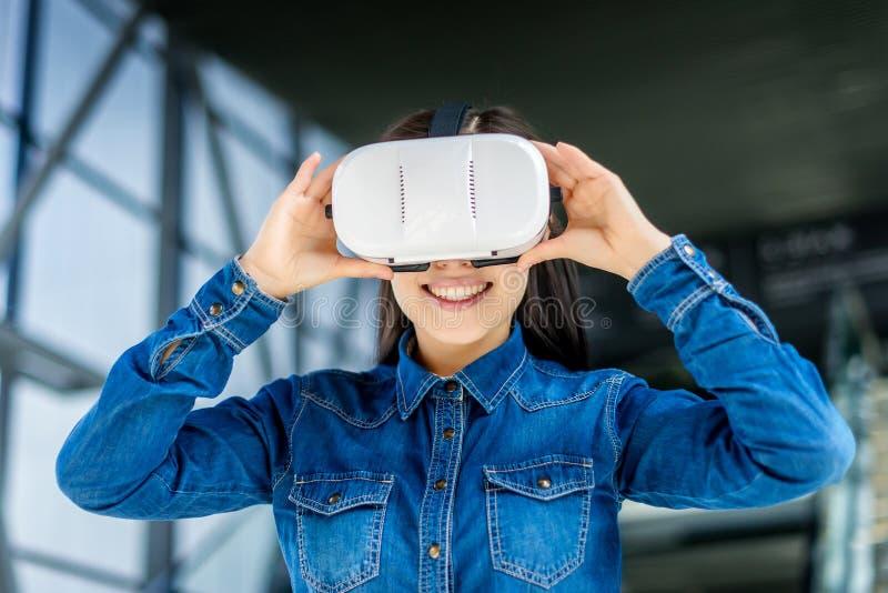 Verres de port de réalité virtuelle de femme photos libres de droits
