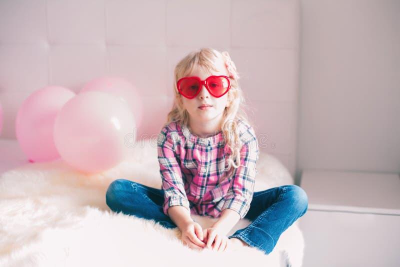 Verres de port de forme de coeur de fille drôle adorable images stock