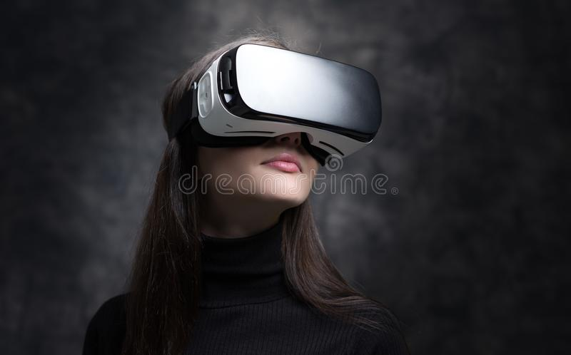 Verres de port de réalité virtuelle de jeune femme image libre de droits