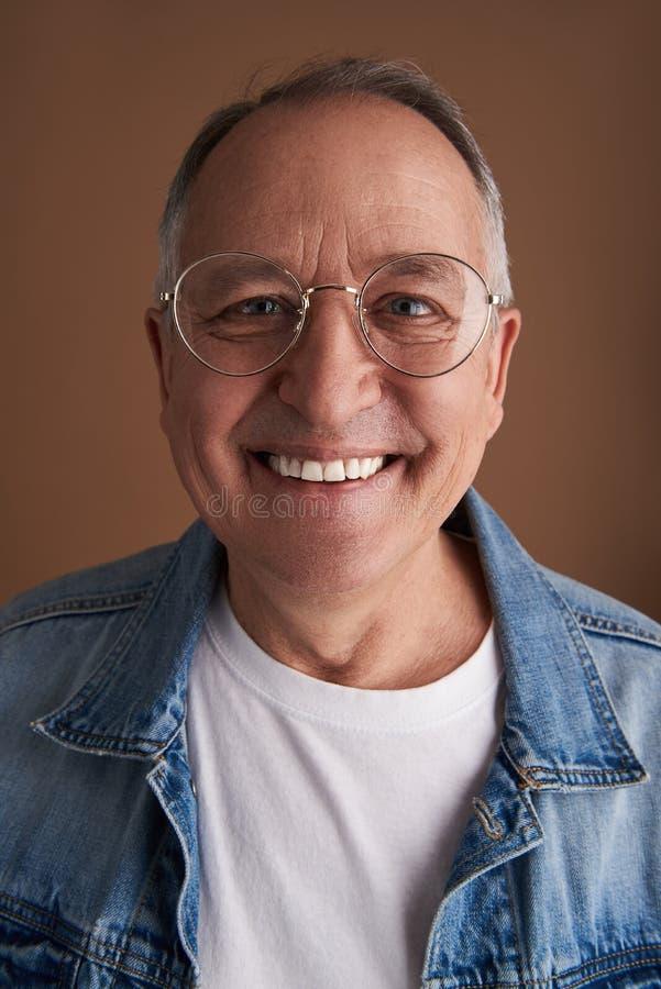 Verres de port de sourire d'homme avec la jante en métal images libres de droits