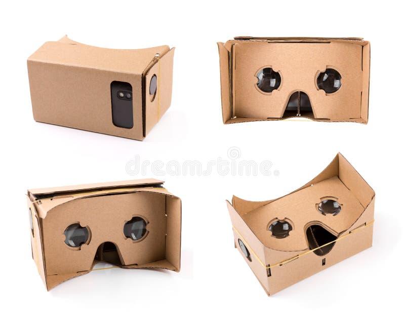 Verres de réalité virtuelle de carton pour des smartphones d'isolement sur le wh image stock