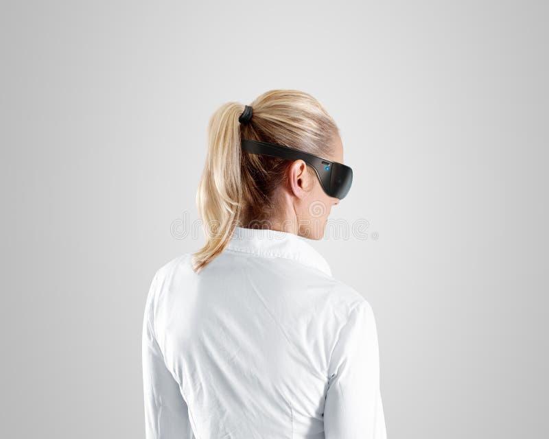 Verres de réalité virtuelle, usage sur la femme, chemin de coupure photo stock