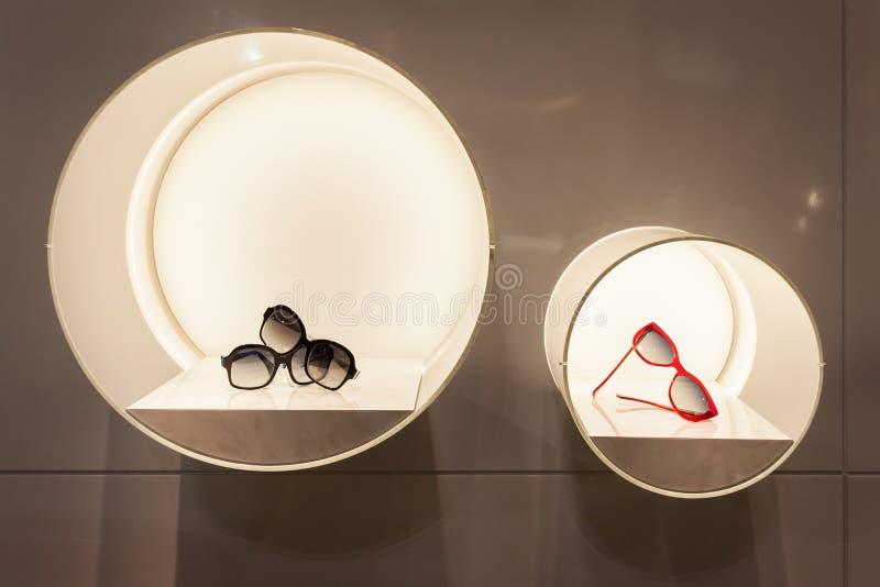 Verres de Silvian Heach sur l'affichage chez Mido 2014 à Milan, Italie image stock