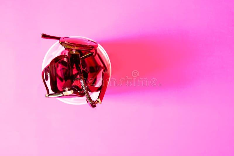 Verres de soleil d'été sur le fond en pastel coloré Vue supérieure image libre de droits