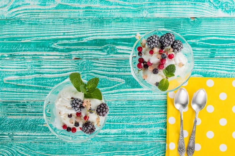 Verres de sorbet avec la crème glacée  photos libres de droits