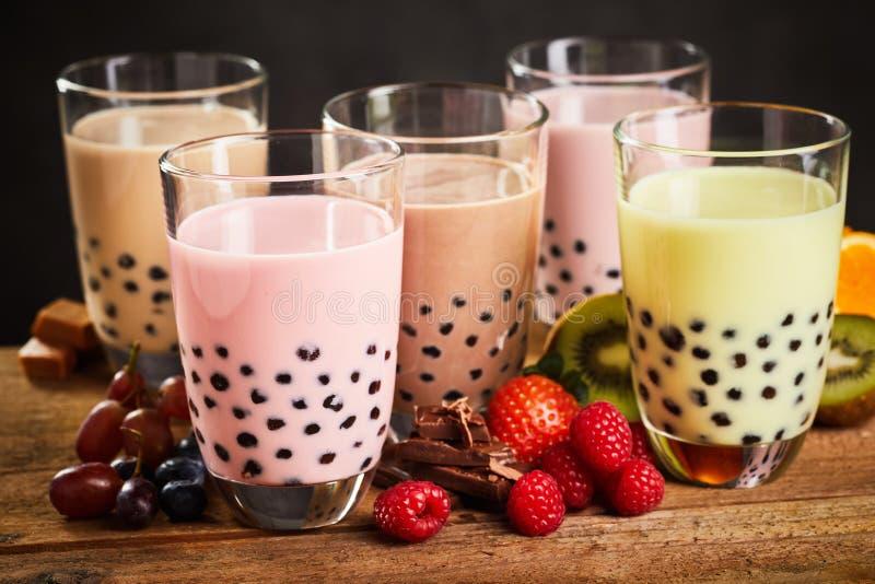 Verres de thé laiteux de boba ou de bulle images stock