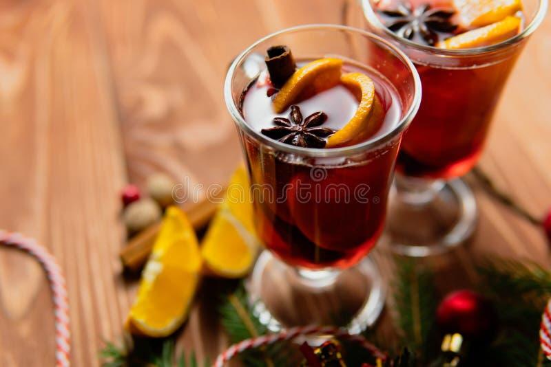 Verres de vin chaud épicé chaud images stock