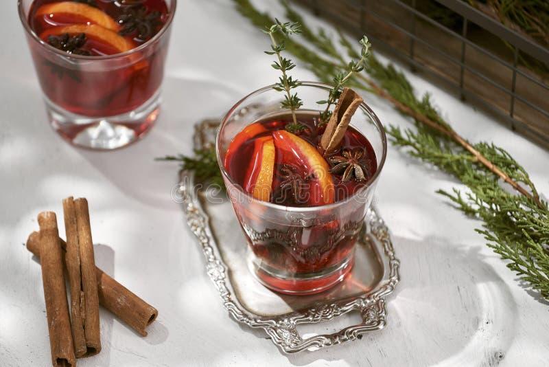 Verres de vin chaud avec l'orange et la cannelle Foyer sélectif images stock
