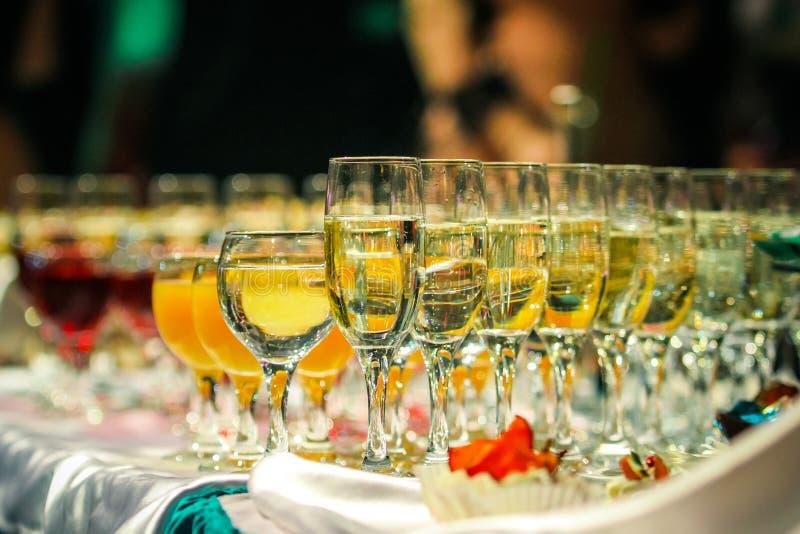 Verres de vin de champagne et de vin images stock