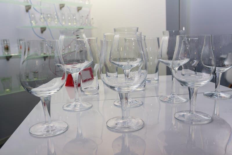 Verres de vin en verre dans un pomschenii d'achats images libres de droits