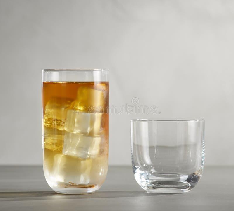 Verres de vin jaune pour l'échantillon de vin, verres de vin jaune pour l'échantillon de vin images libres de droits