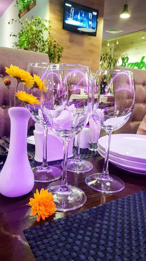 Verres de vin sur la table étendue images stock