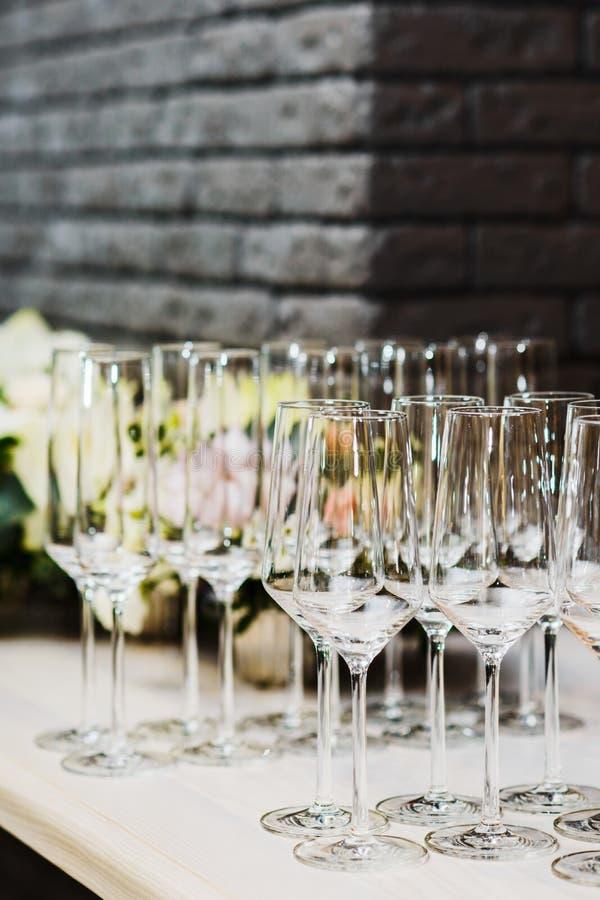 Verres de vin vides à la barre dans le restaurant images libres de droits