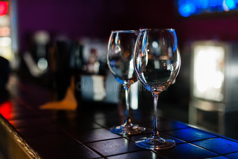 Verres de vin vides dans la rangée sur la barre ou le restaurant photos stock