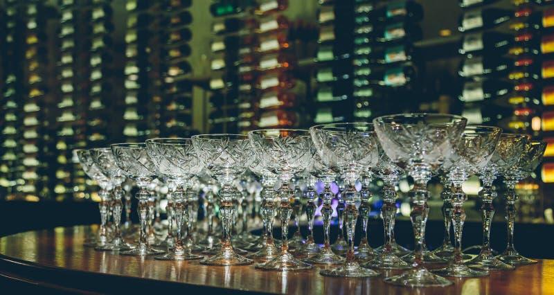 Verres de vin vides en gros plan images stock