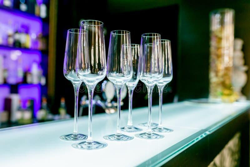 Verres de vin vides sur la table de barre dans le restaurant Arrangement de Tableau pour la c?l?bration Service de banquet, nourr photo libre de droits
