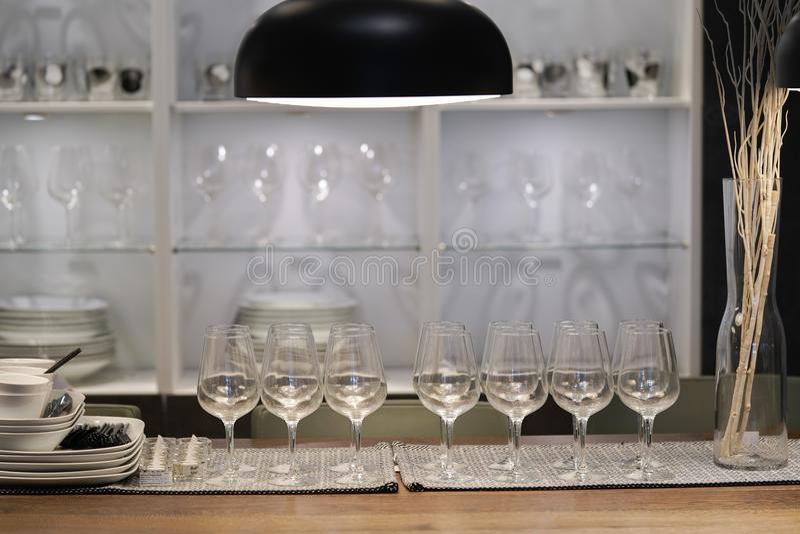 Verres de vin vides sur la table de salle à manger photographie stock libre de droits