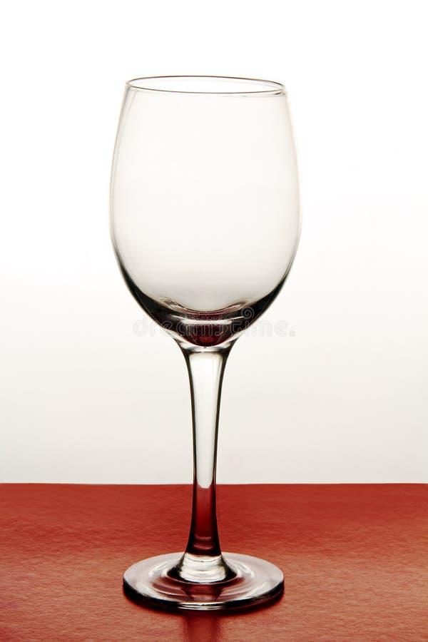 Verres de vin sur un fond coloré. image libre de droits