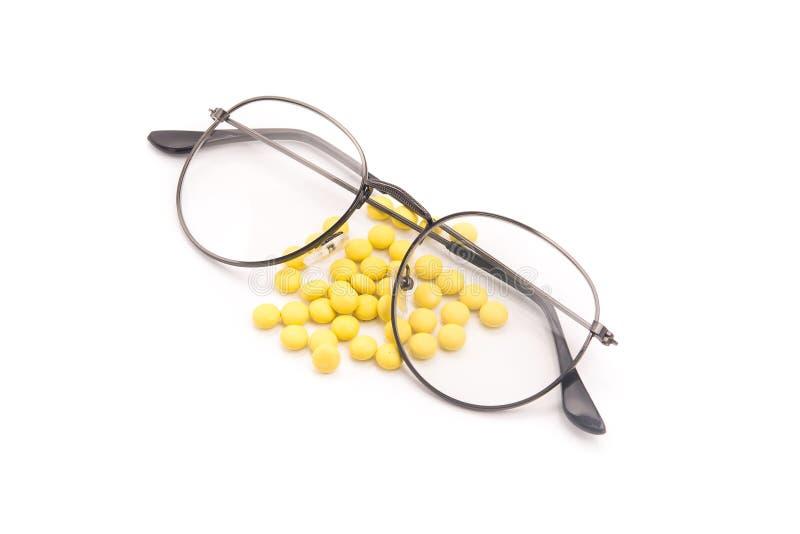 Verres de vision et vitamines de pilules pour am?liorer les yeux photographie stock libre de droits