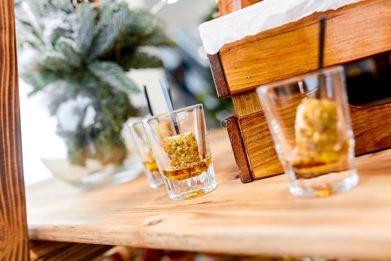 Verres de whiskey avec le dessert de glace image libre de droits