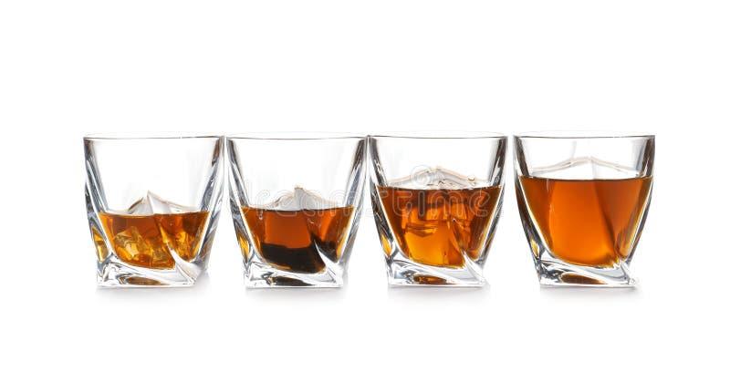Verres de whisky écossais sur le fond blanc images stock