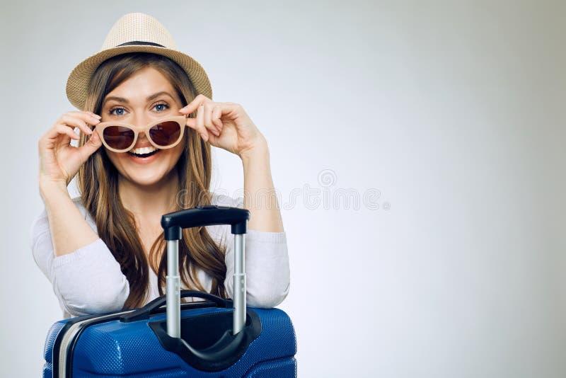 Verres et chapeau de soleil de port de sourire de femme photographie stock