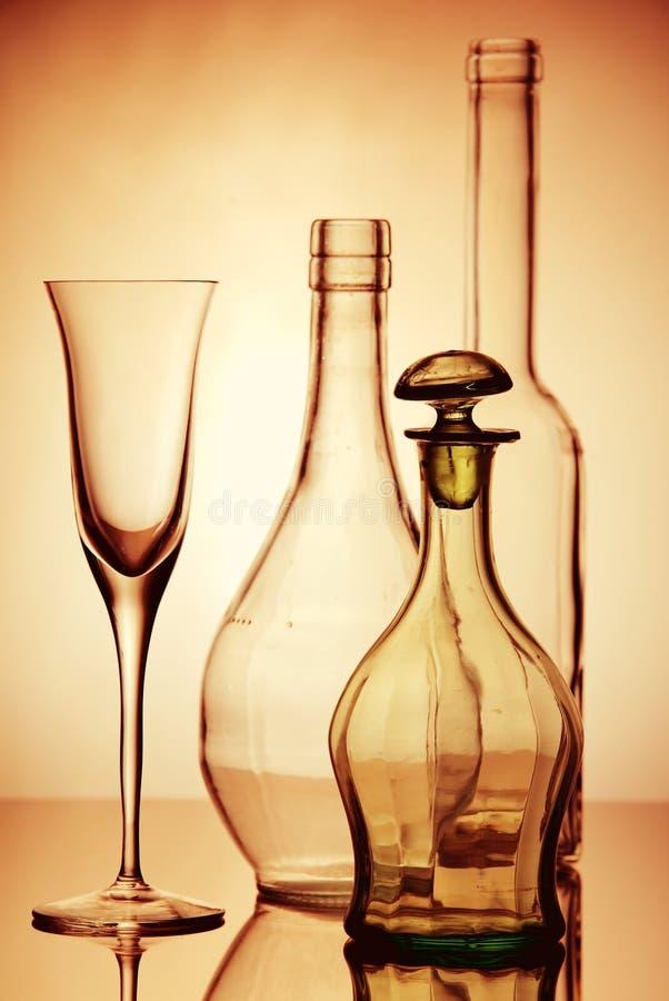 Verres et composition en bouteilles photo stock