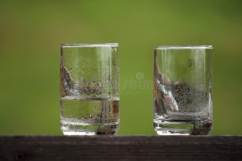 Verres et eau photographie stock