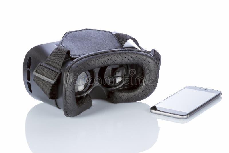 Verres et smartphone de VR avec le chemin de coupure pour l'écran sur le blanc photos stock